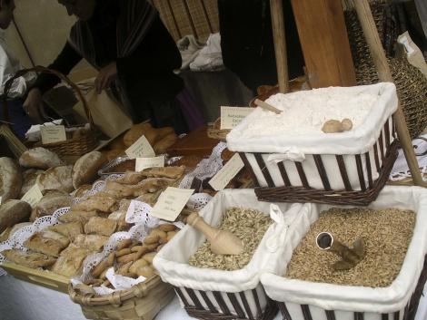 Erga, grano y harina junto a elaboraciones tradicionales asturianas.